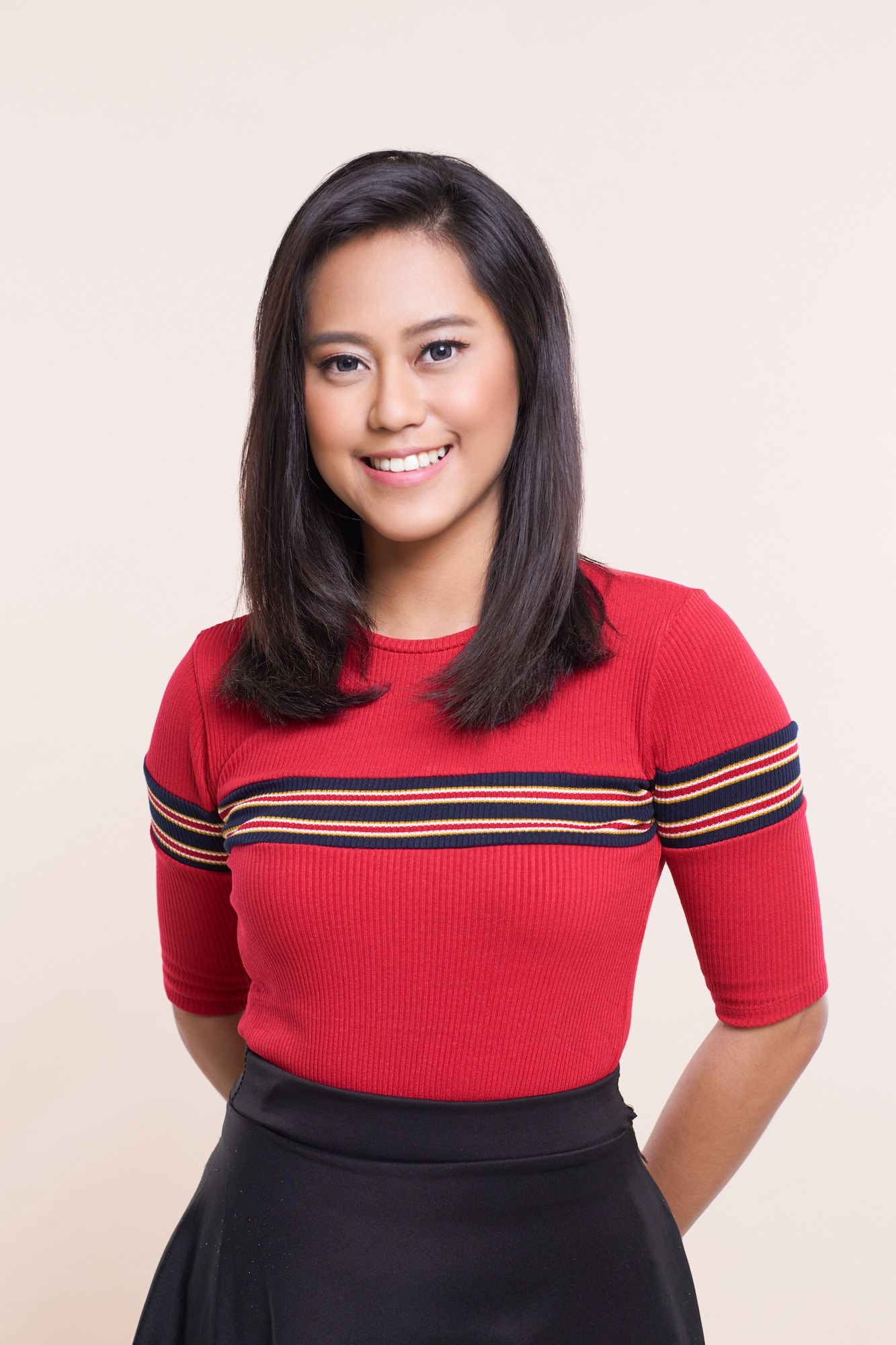 Wanita asia dengan model rambut layer sebahu soft layer dengan baju warna merah