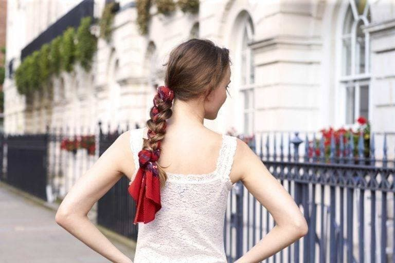 Gaya rambut kepang dengan scarf.