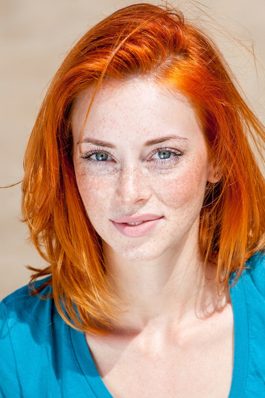 Warna rambut kuning oranye pada kulit putih.