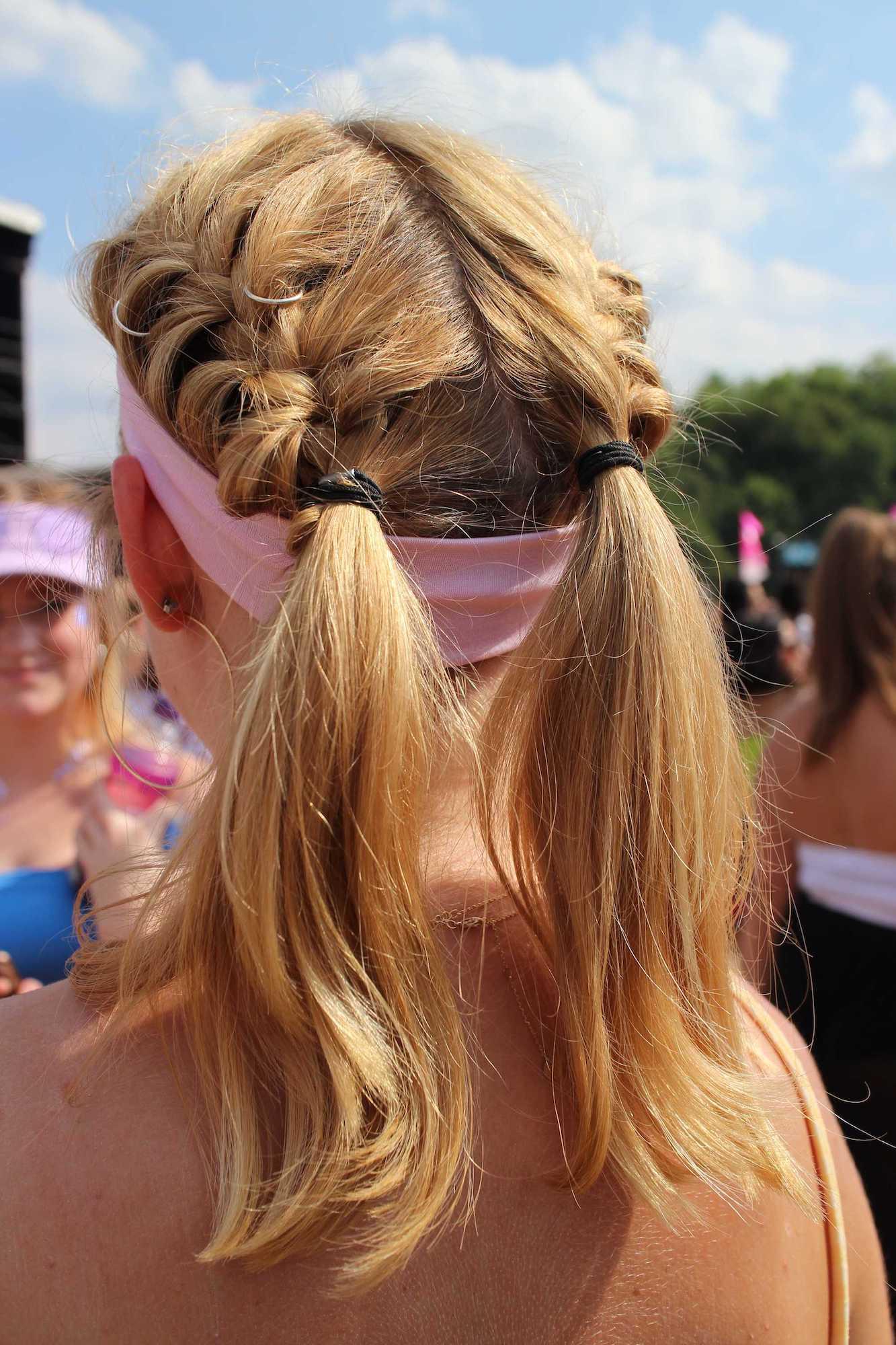Gaya rambut festival dengan sport headband dan pigtails.