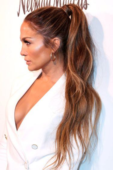 Jennifer lopez gaya rambut high ponytail wavy.