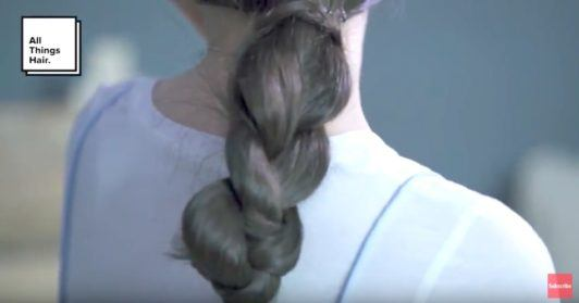 Gaya rambut low ponytail kepang.