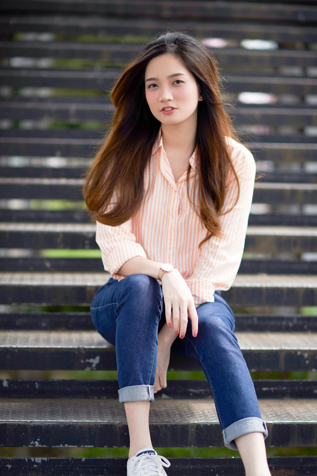 wanita-asia-dengan-rambut-tebal-warna-pirang