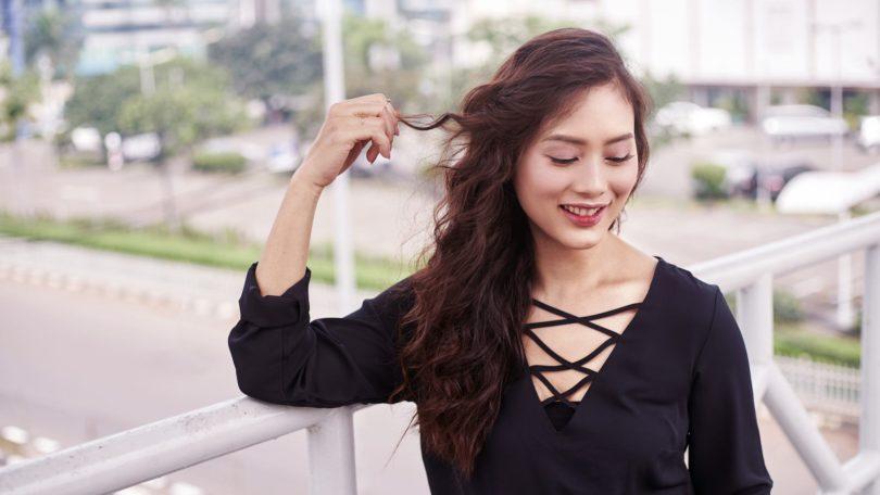 Wanita Asia dengan gaya rambut tousled hair.