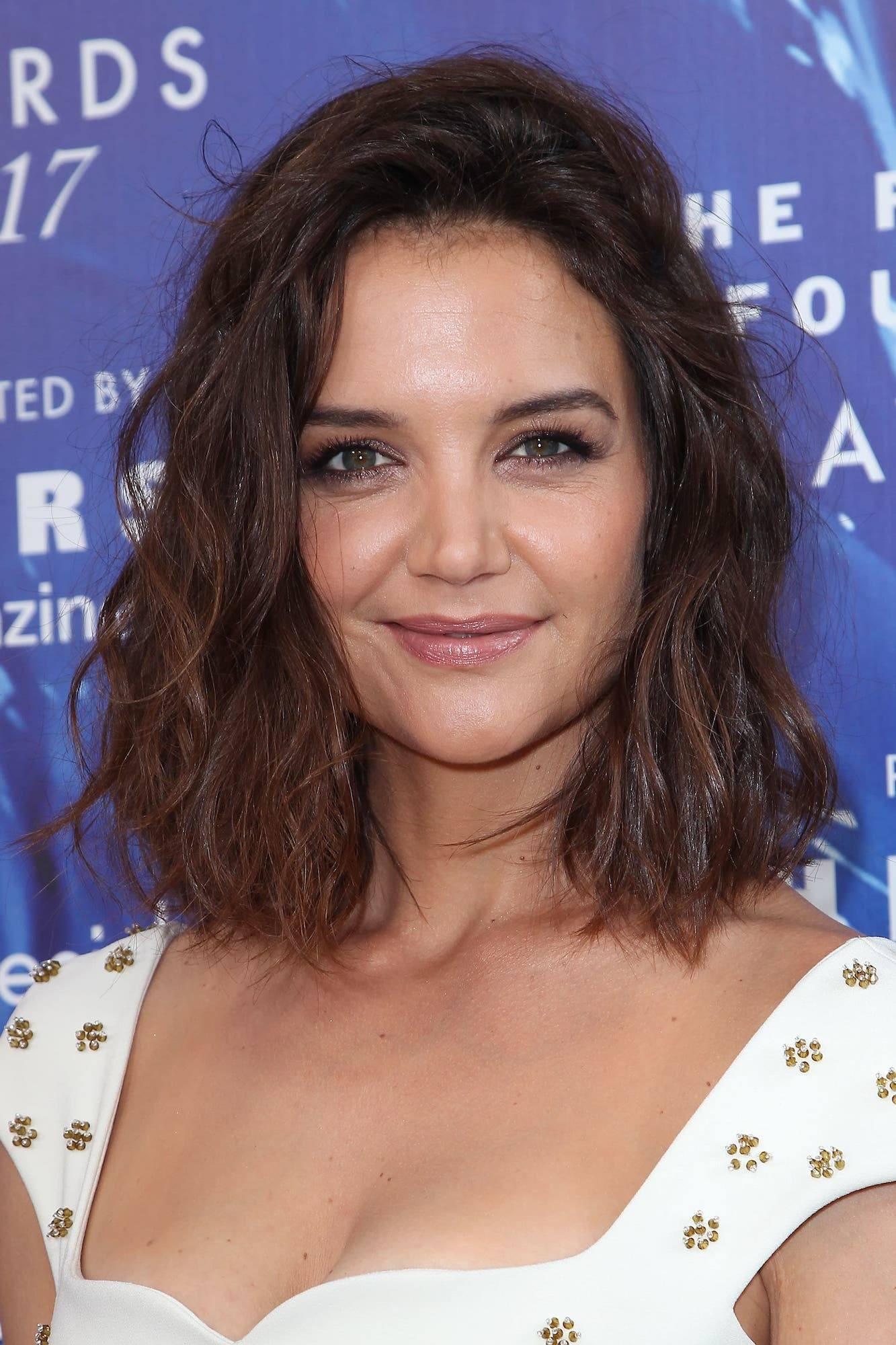 Katie Holmes potongan rambut keriting pendek untuk wajah bulat.