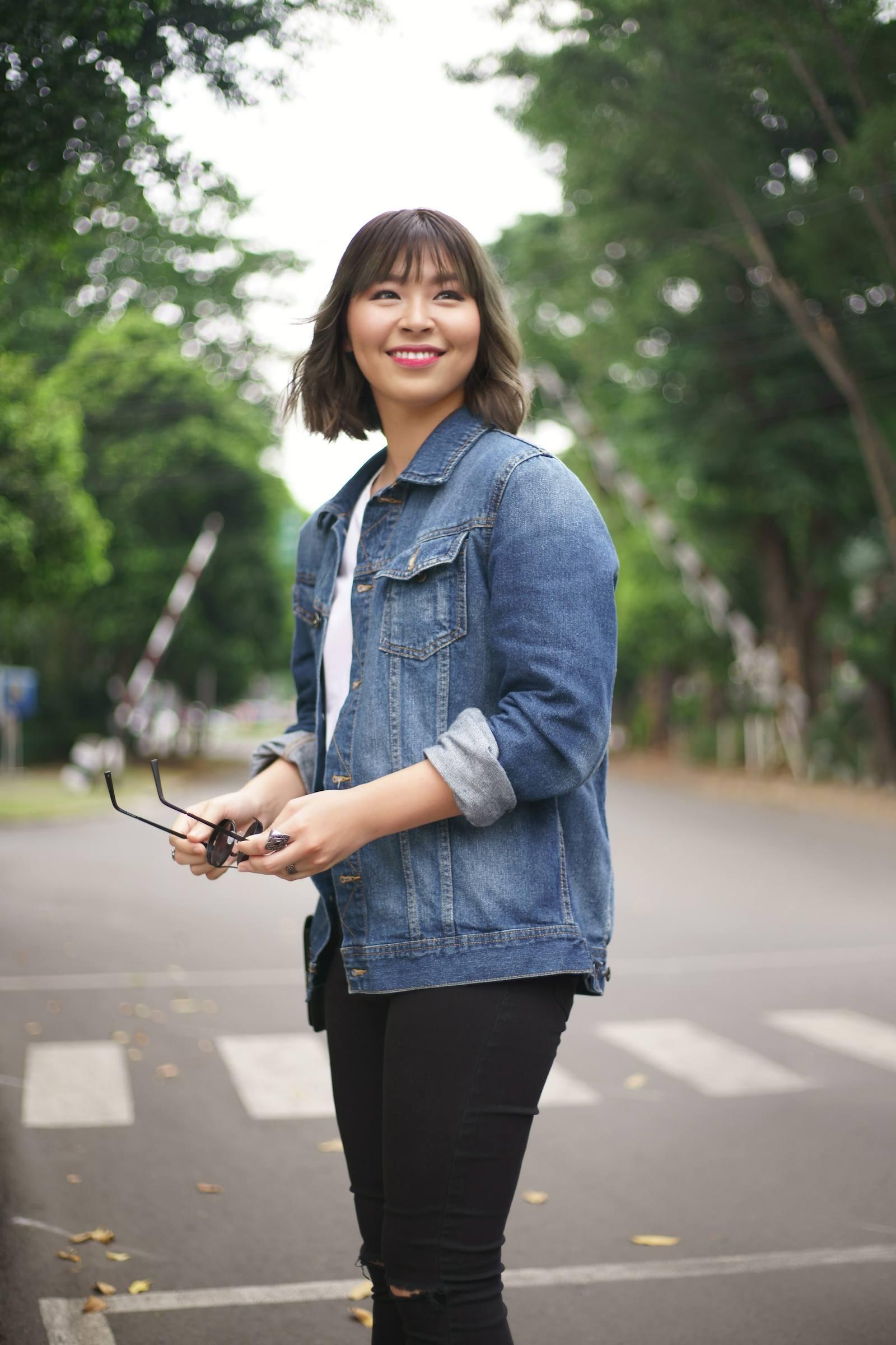Wanita Asia dengan rambut beach waves pendek sedang menyeberang jalan