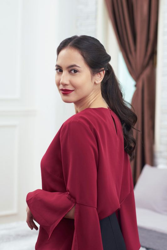 Pevita Pearce dengan model rambut twisted ponytail.