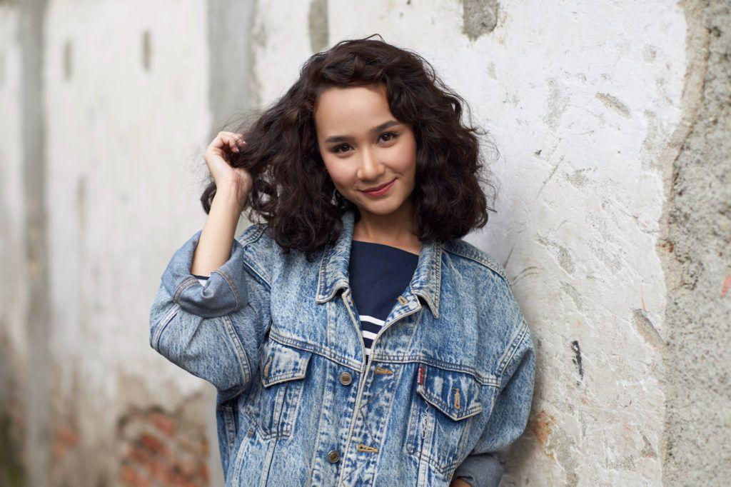 Wanita Indonesia dengan model rambut keriting sebahu. 4e320ebdc1