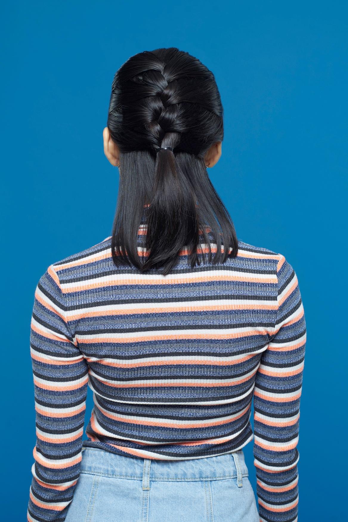 Wanita Asia dengan rambut pendek gaya French braid half updo.