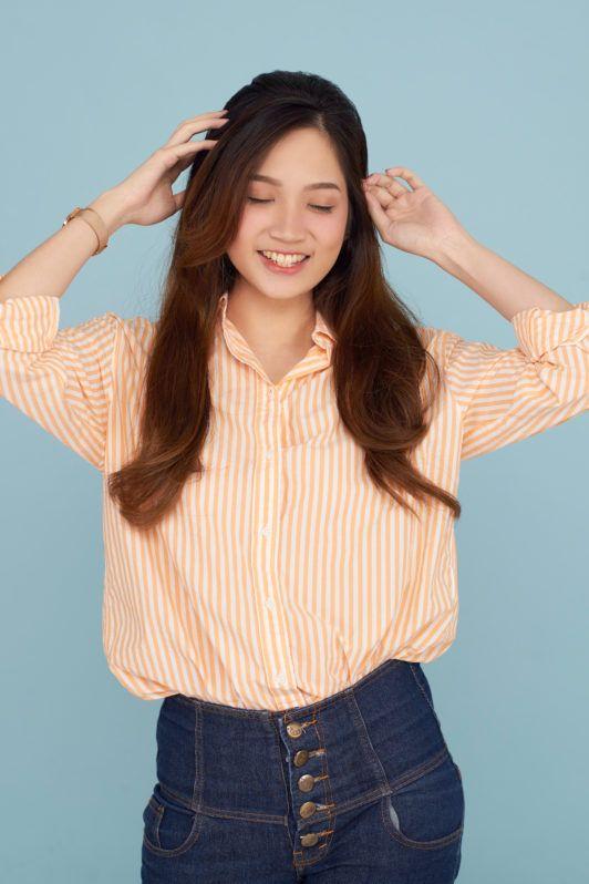 Wanita Asia dengan rambut panjang layer bouffant