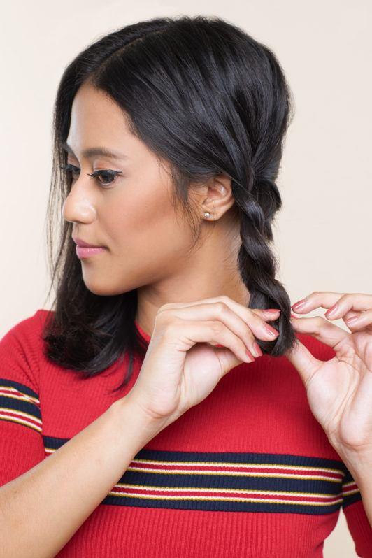 Wanita asia dengan rambut hitam pendek membuat simpul rambut – crown braid rambut pendek