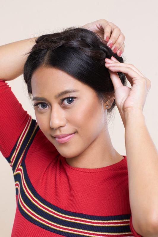 Wanita asia dengan rambut hitam pendek melonggarkan crown braid hair.