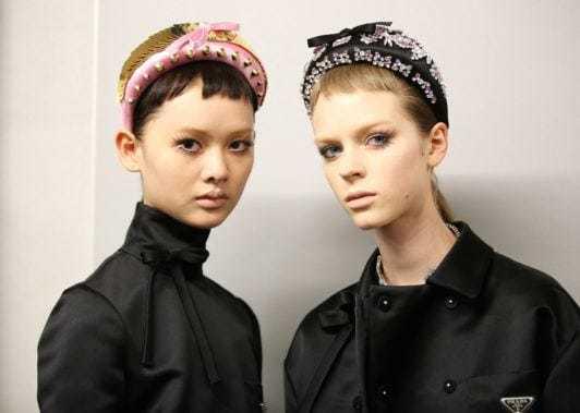 Dua model dengan rambut pendek dan micro bangs menggunakan bandana