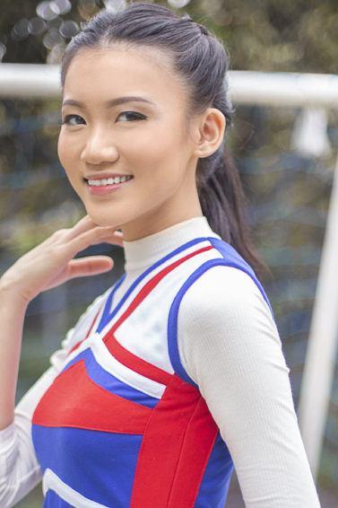 Wanita Asia dengan gaya rambut double braided ponytail.