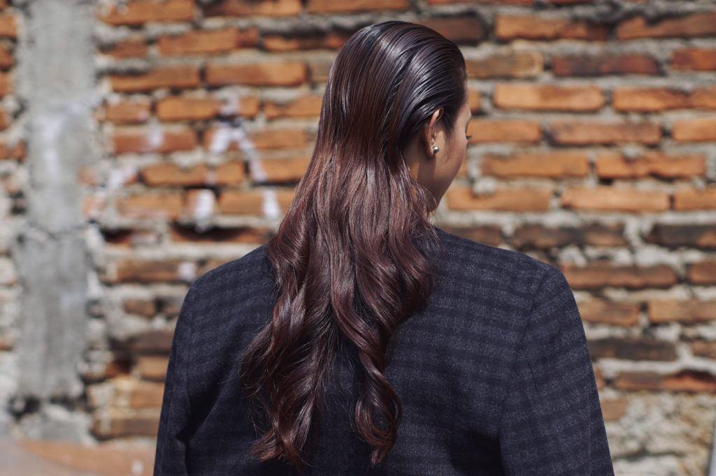 Wanita Asia dengan rambut panjang gaya half wet waves