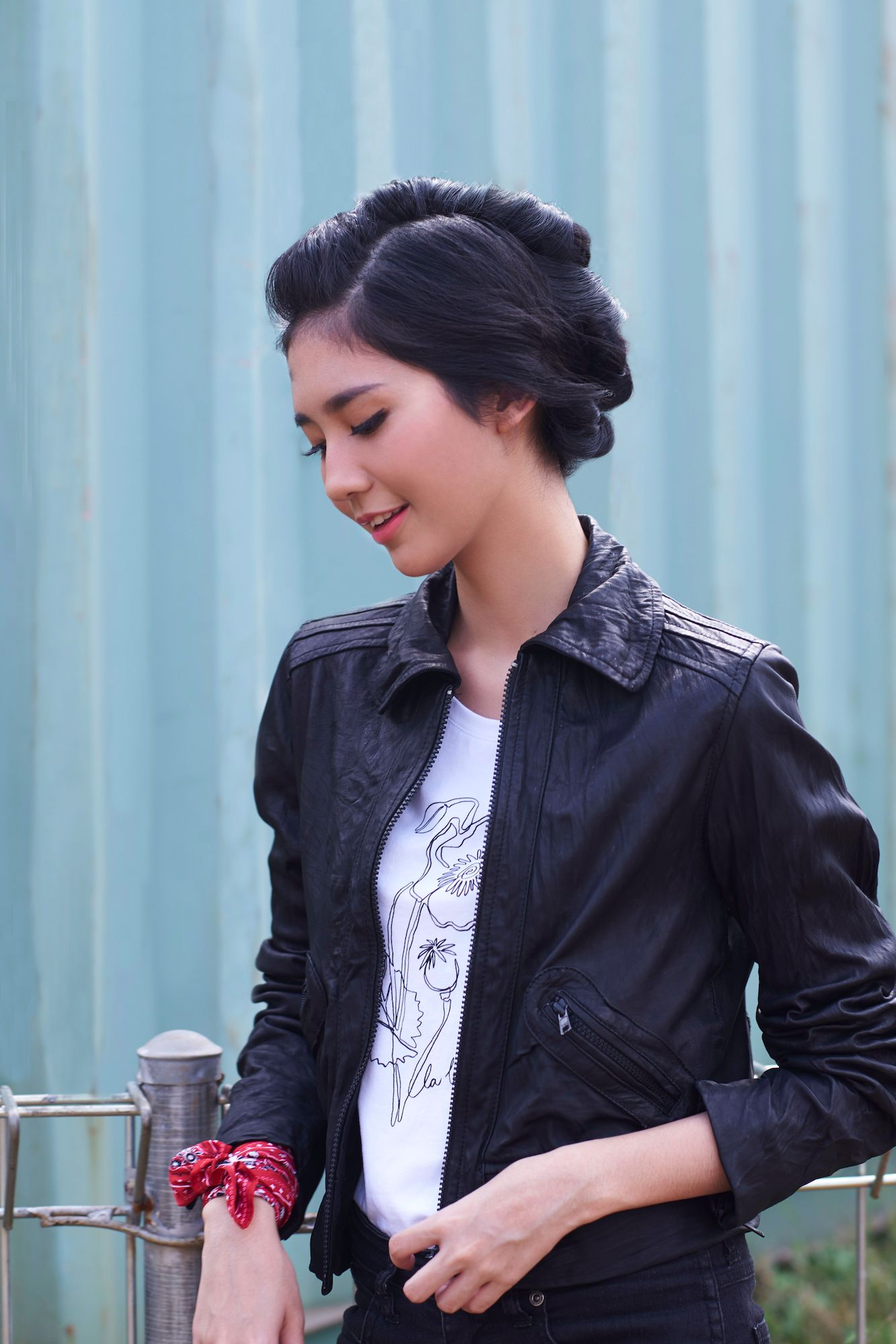 Wanita asia dengan model rambut faux hawk warna hitam