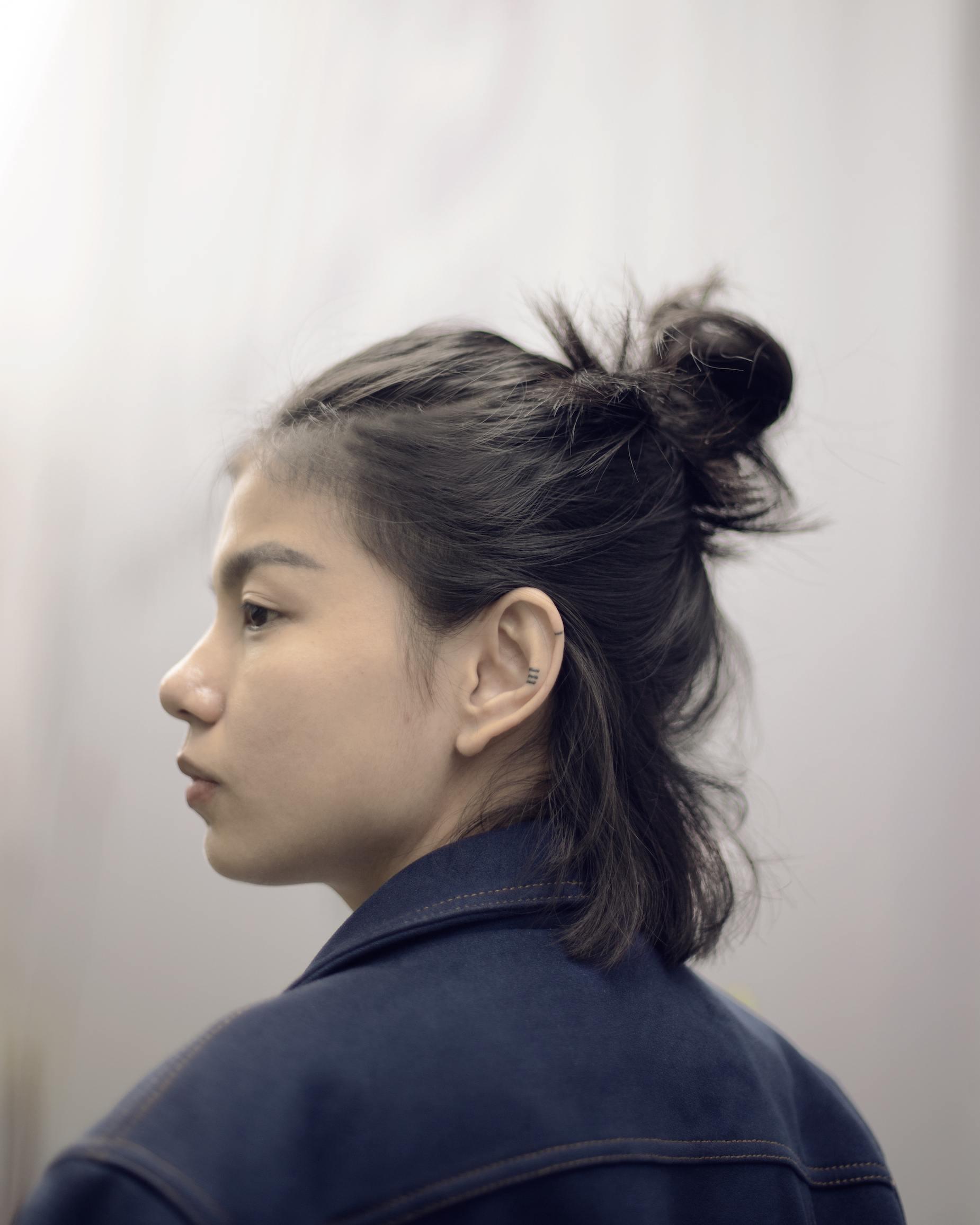 Chloe Clau dengan rambut half bun