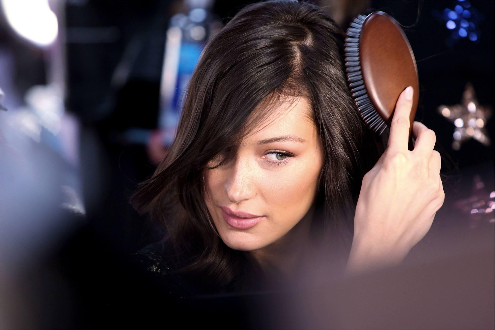 Bella Hadid cepillandose el pelo
