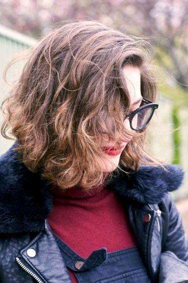 Mujer de pelo corto con ondas