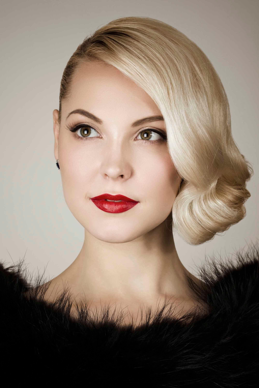 mujer rubia con peinado vintage