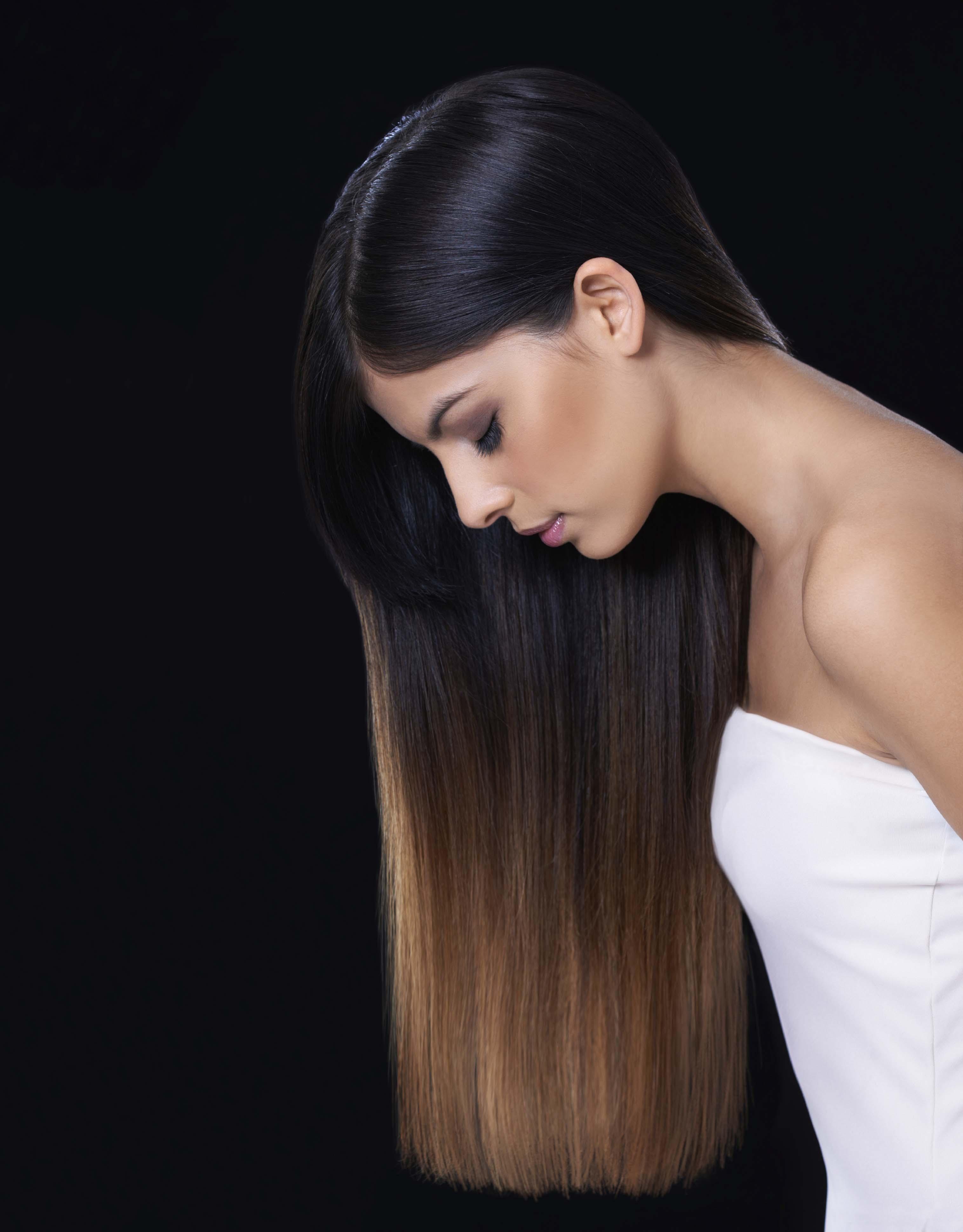 Mujer con balayage en cabello oscuro