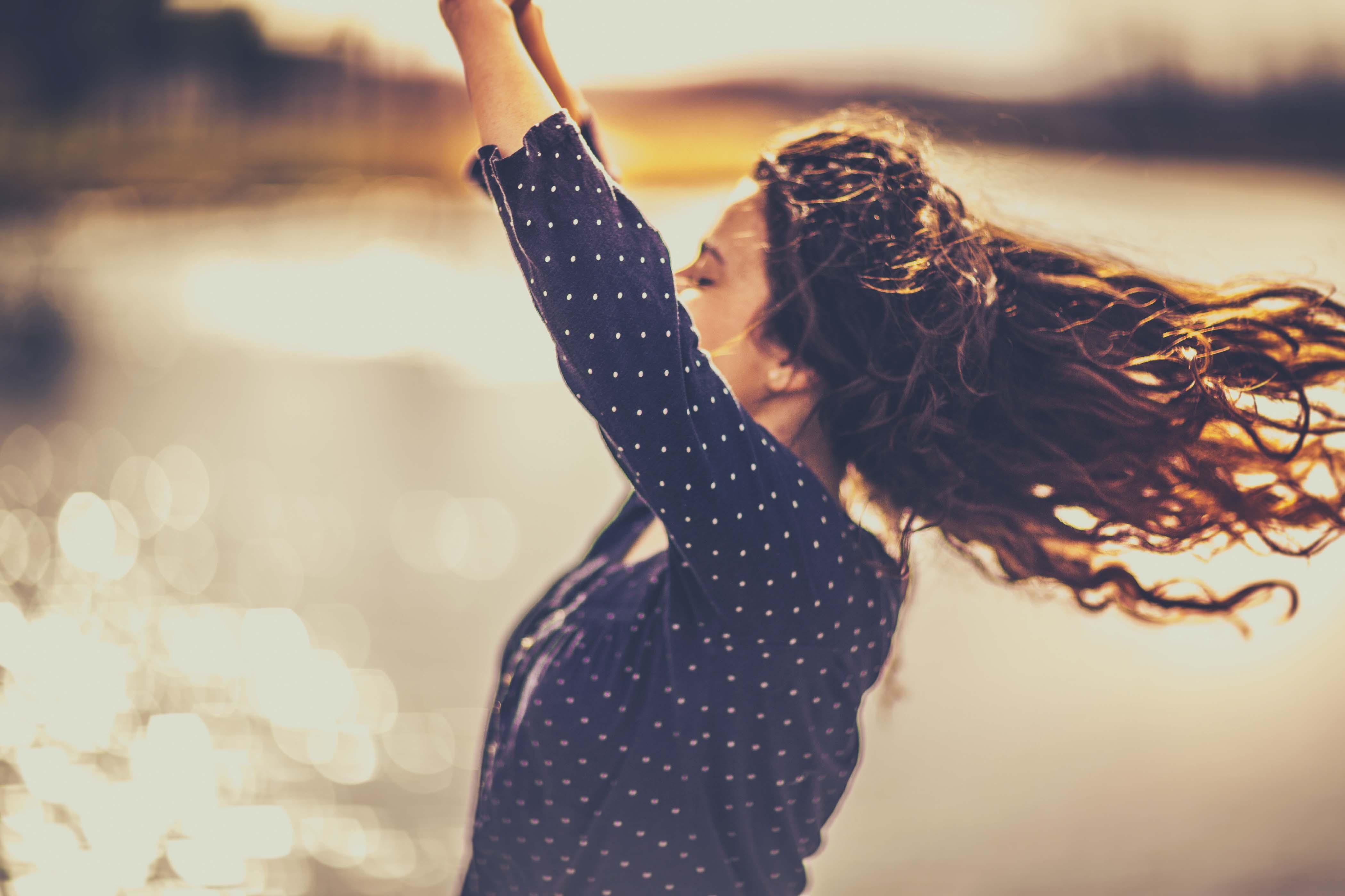 pelo largo rojizo con ondas al viento
