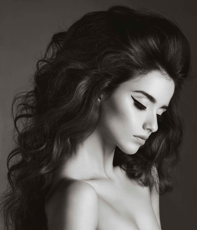 Mujer con peinado batido