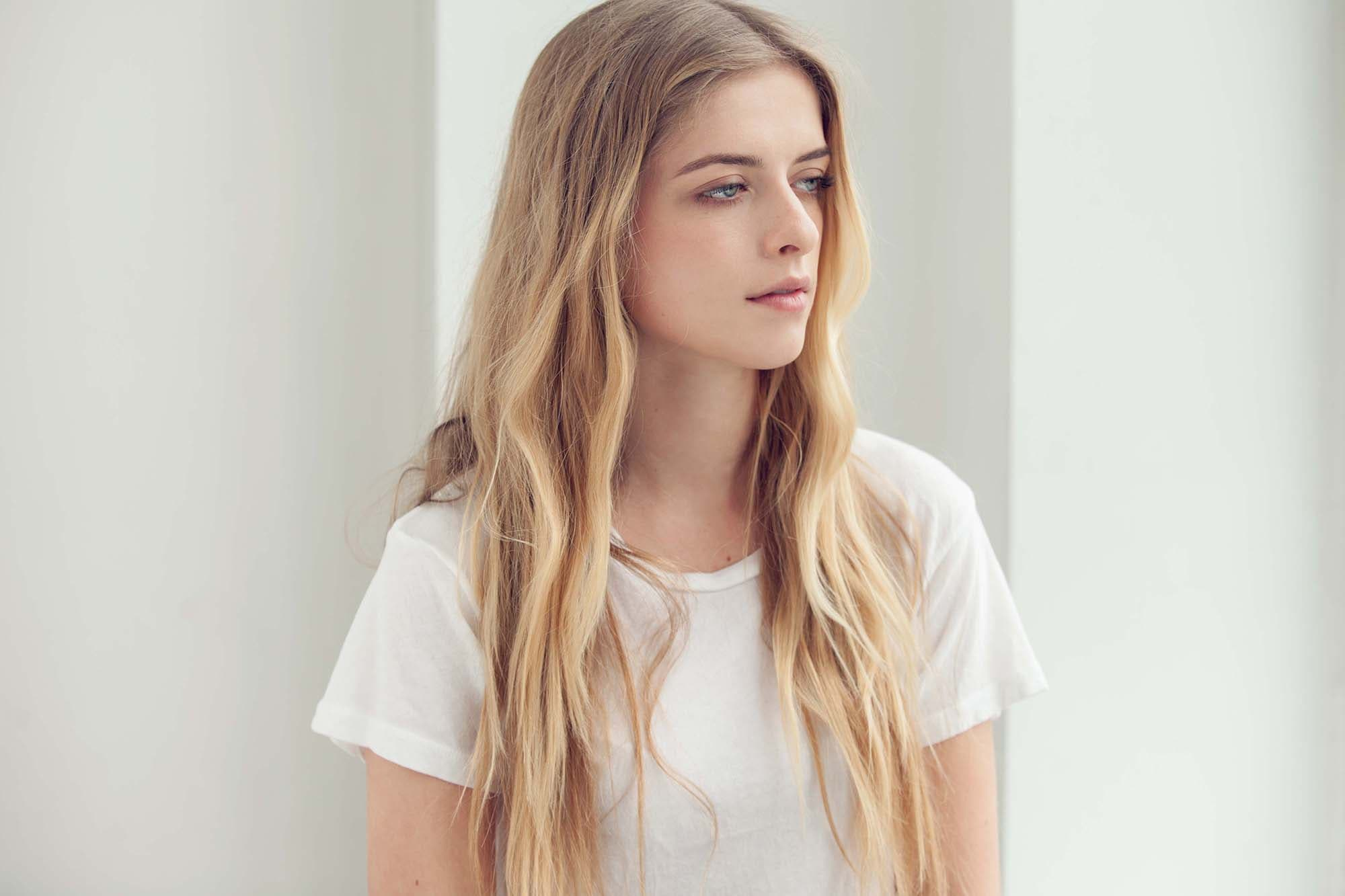 Chica rubia con peinado messy