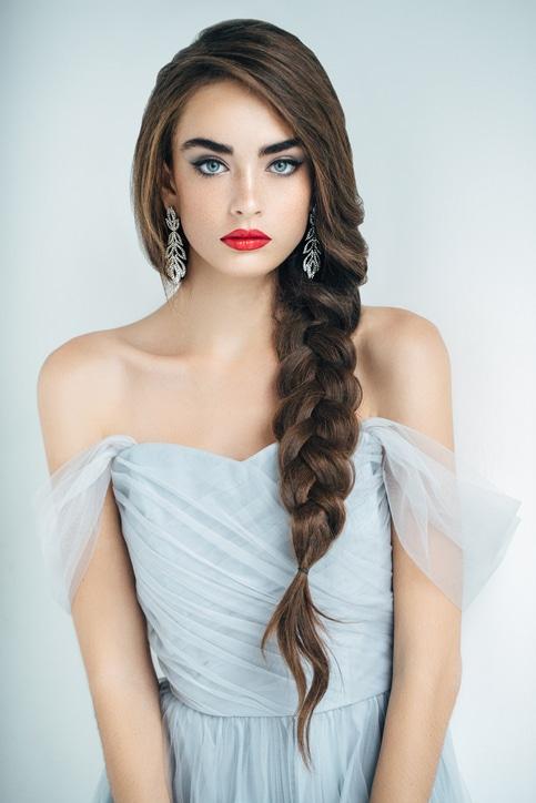 chica con trenza pelo largo peinado fcil pelo largo - Peinados Largos