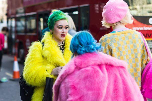 mujeres con cabello teñido de colores