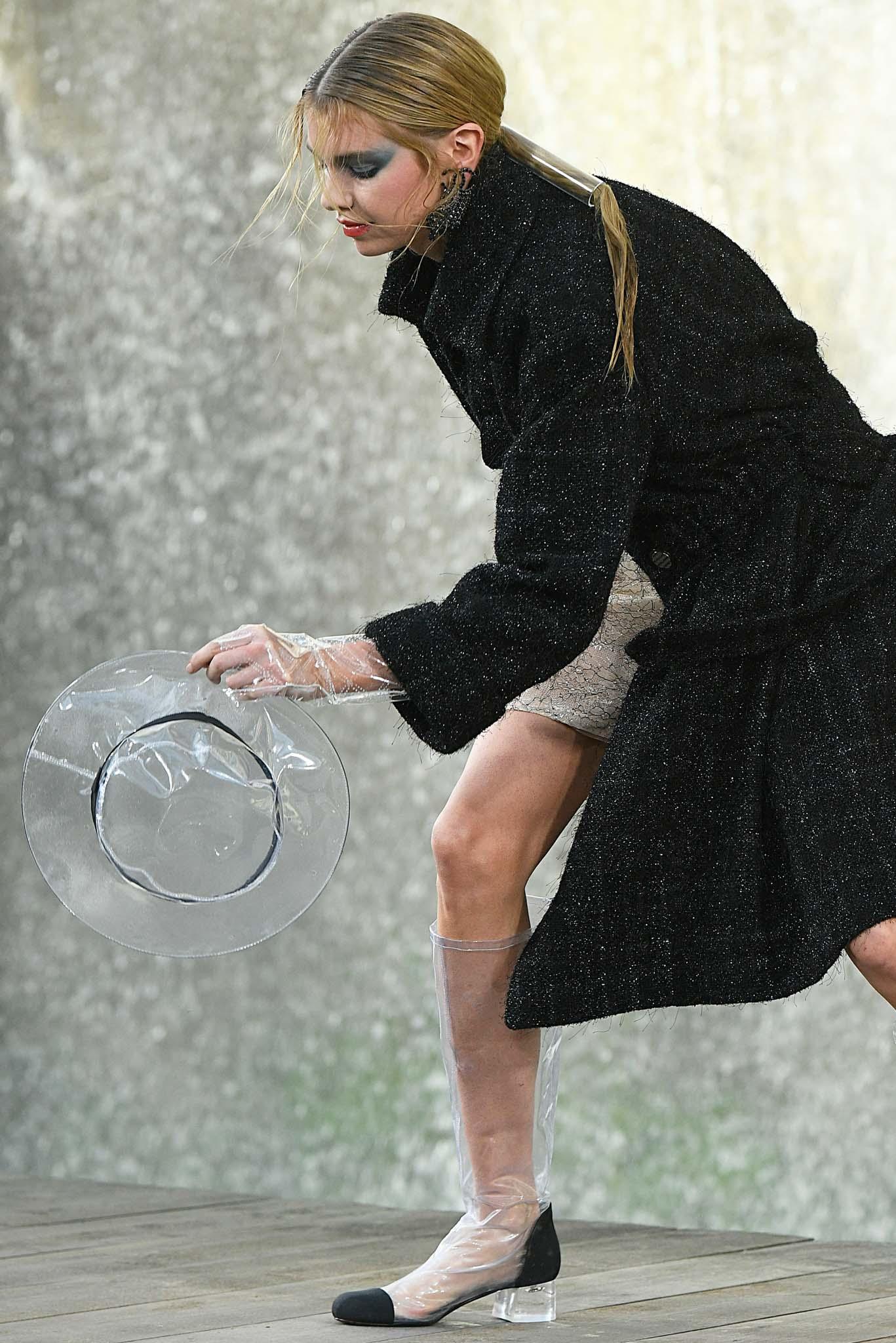 Chica rubia con cola de caballo tubo
