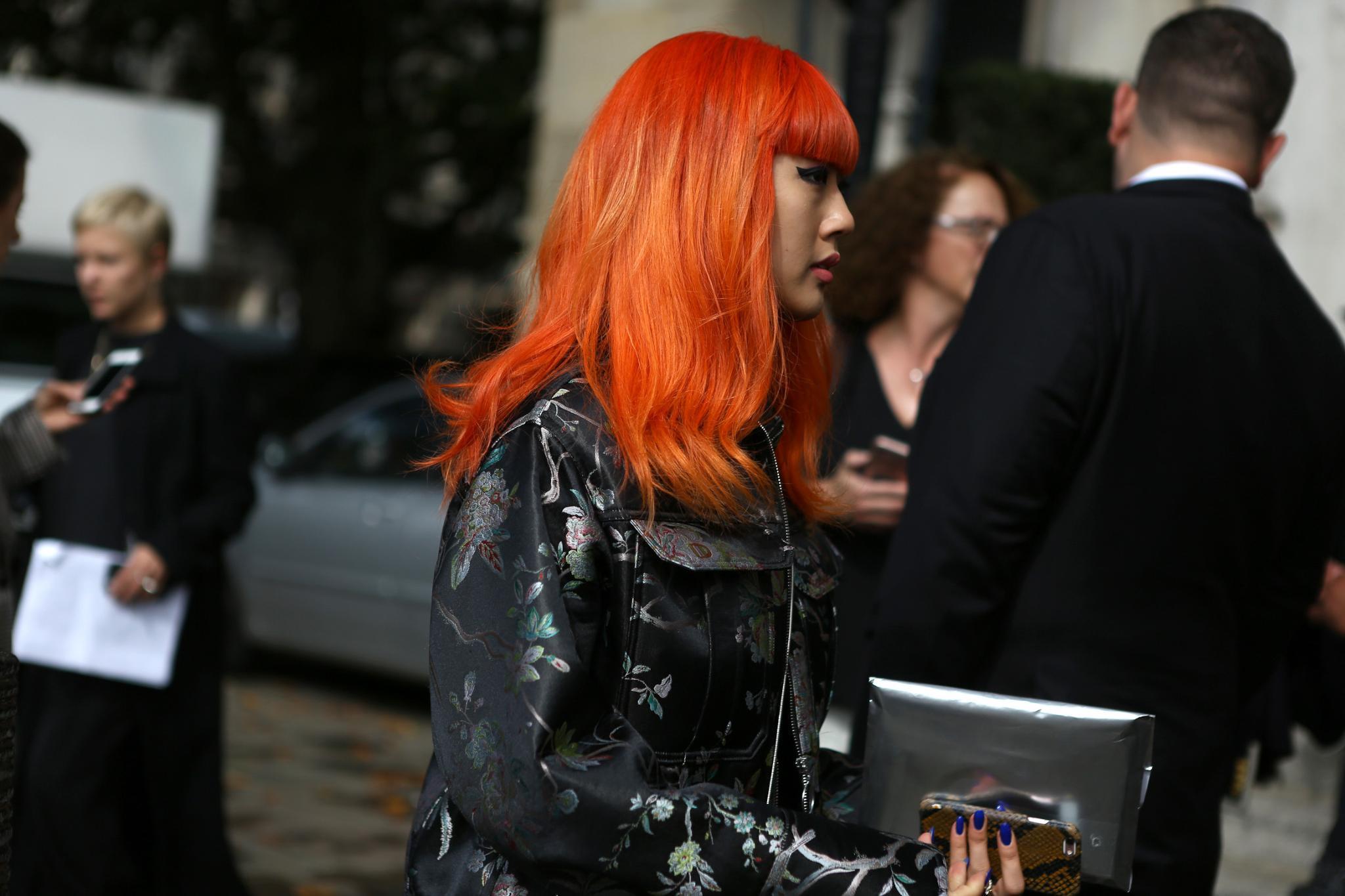 Chica de pelo largo naranja