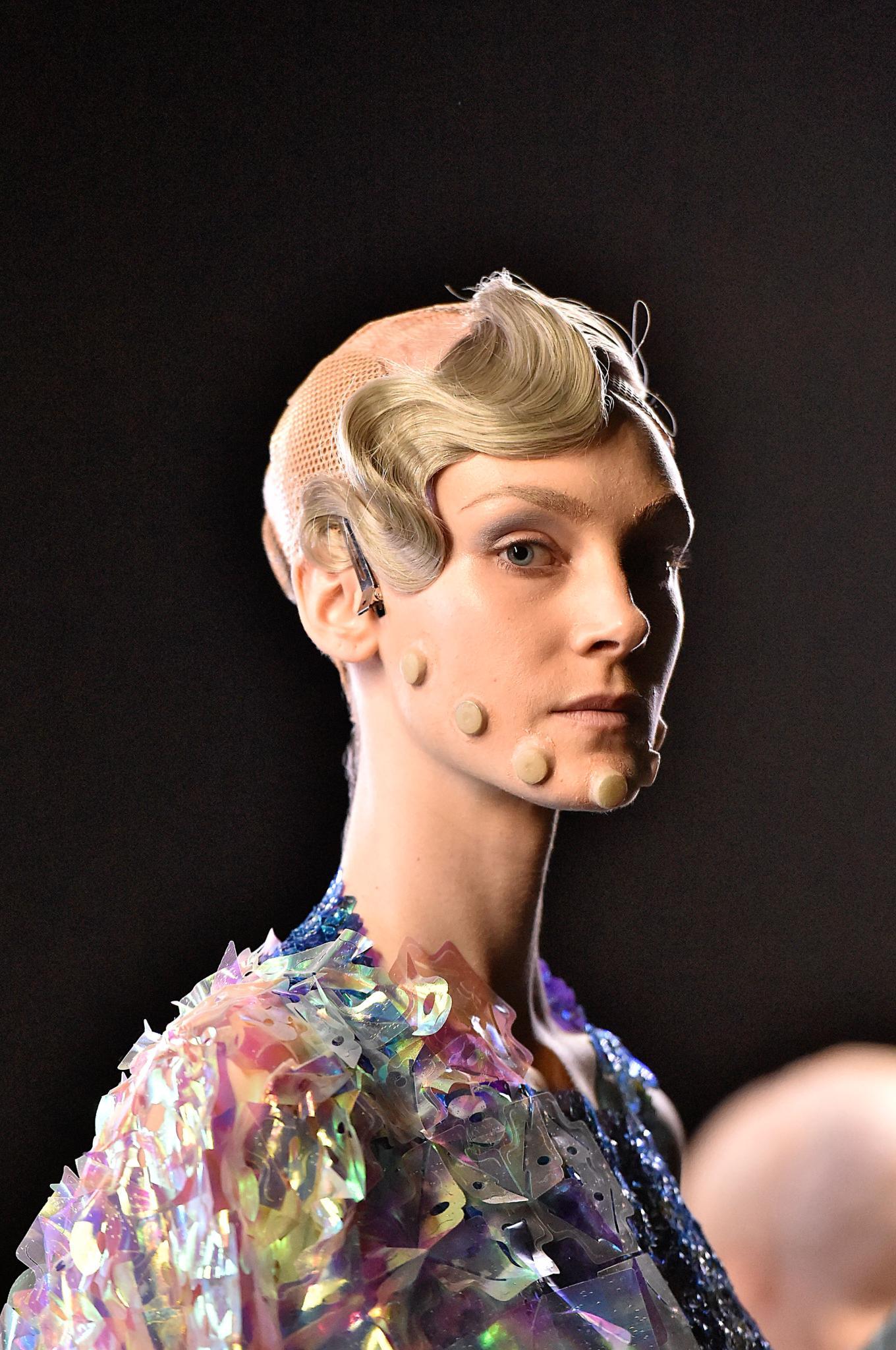 Chica con peinado vintage y futurista