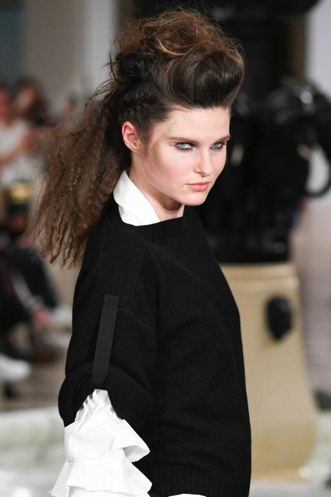 Chica morocha con jopo y frizado