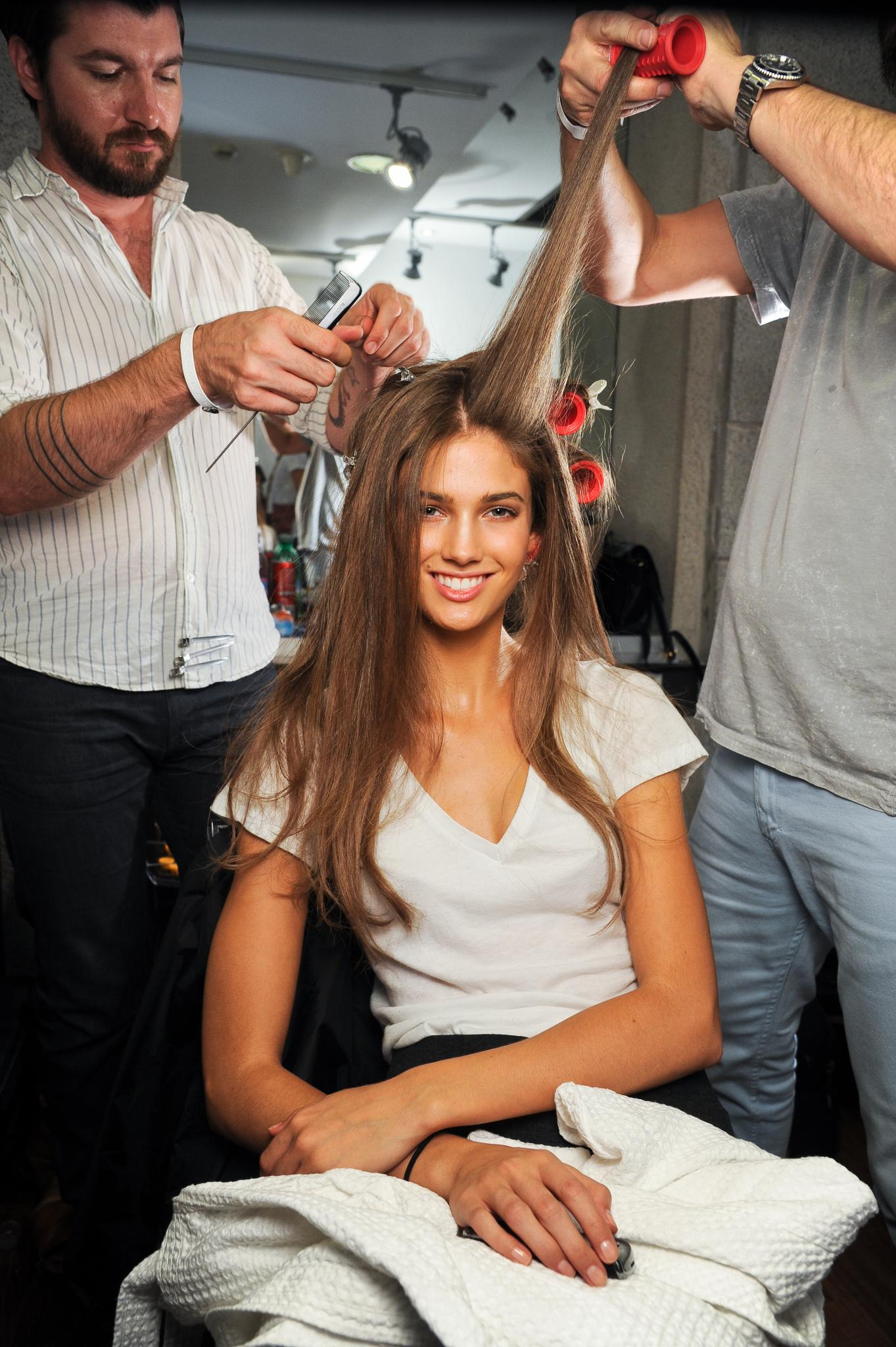 pelo largo castaño liso peinado cuidado versace