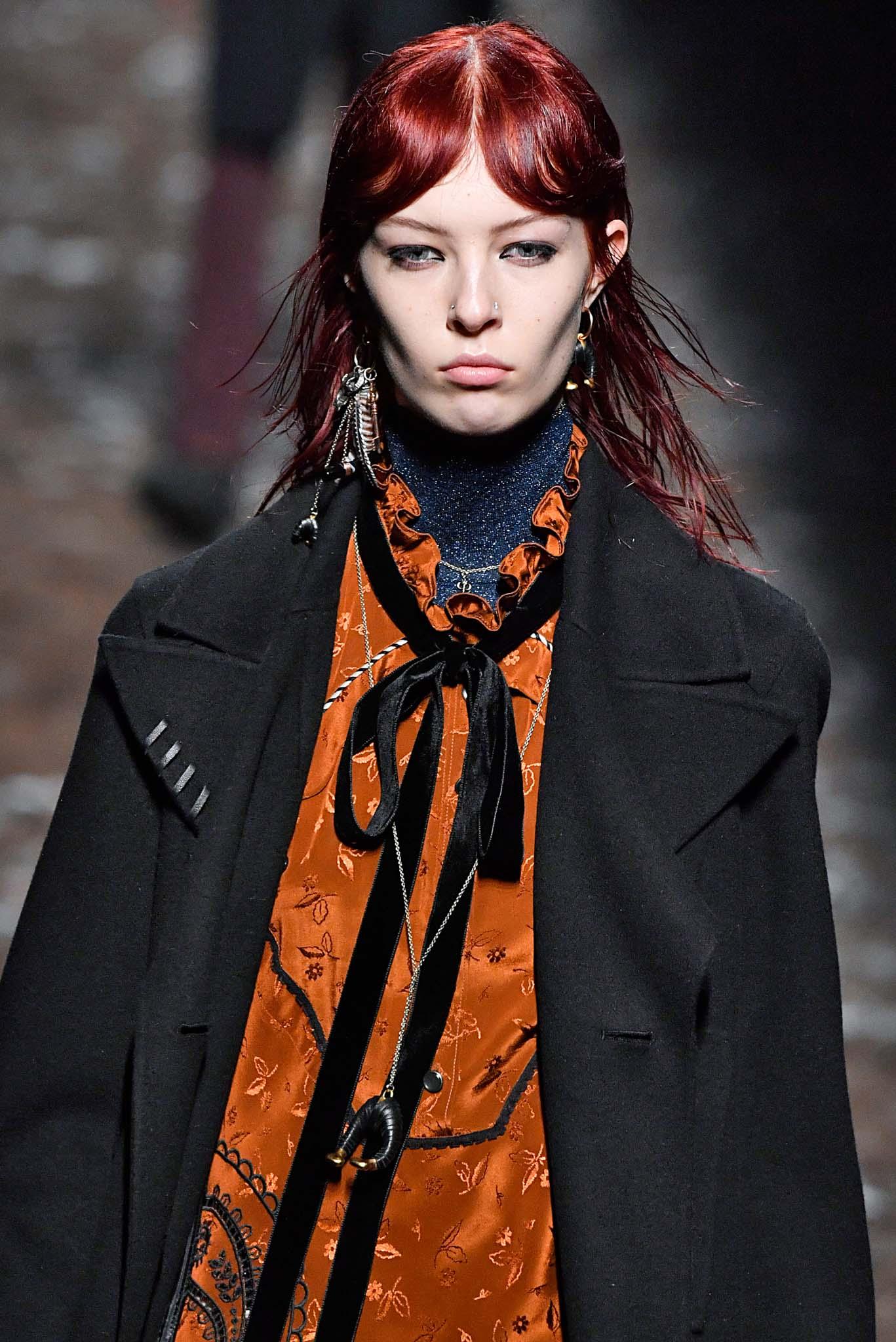 pelo rojo tintura decoloración flequillo abierto coach