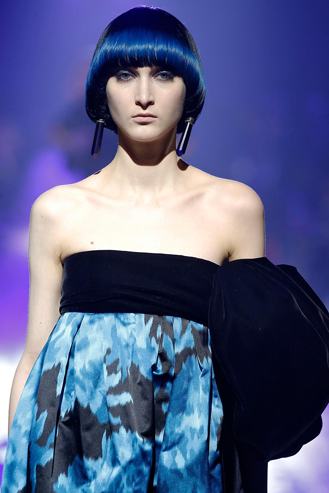 corte taza pelo liso color azul tintura maquillaje flequillo marc jacobs