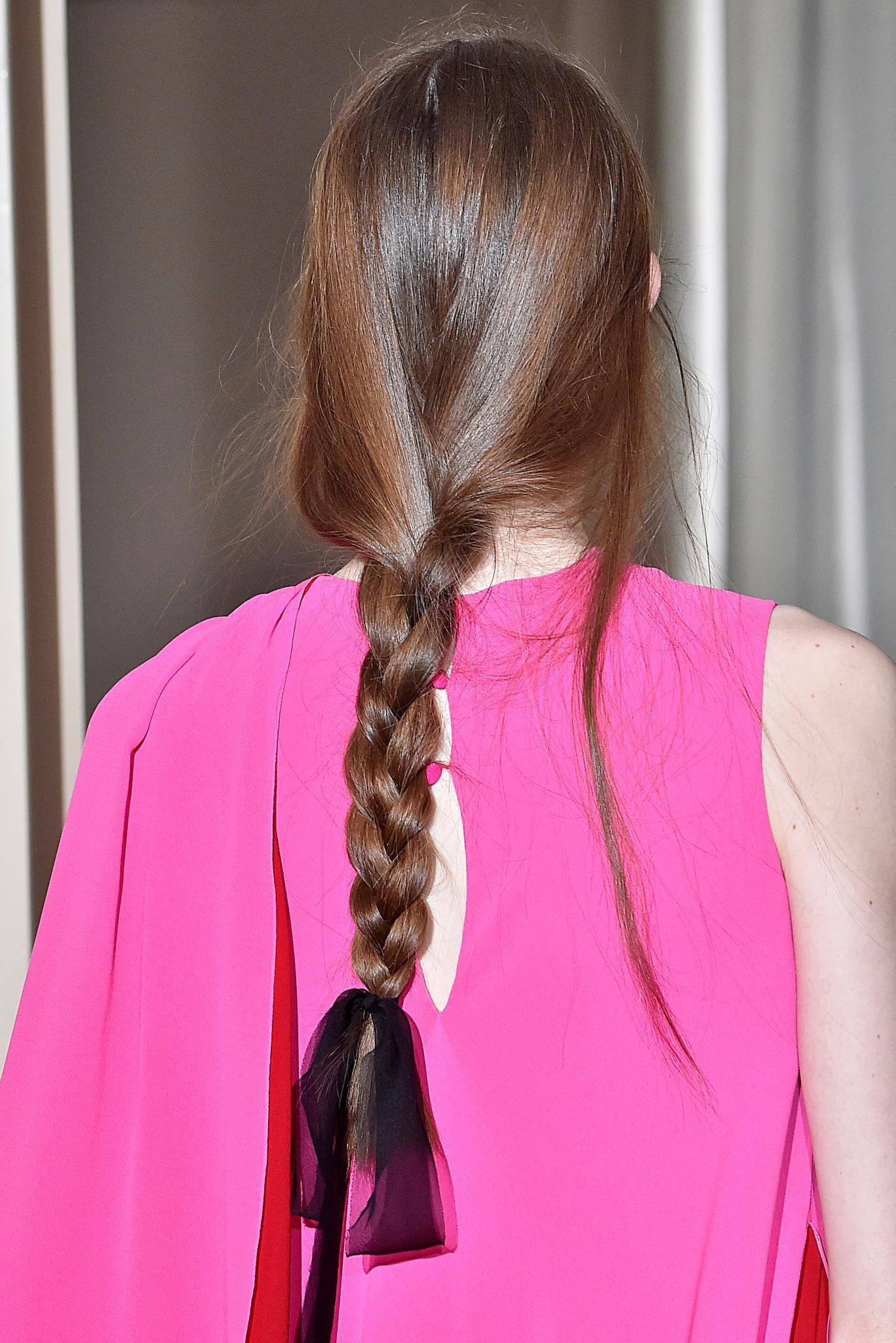 pelo largo castaño trenza suelta despeinada moño cinta accesorio