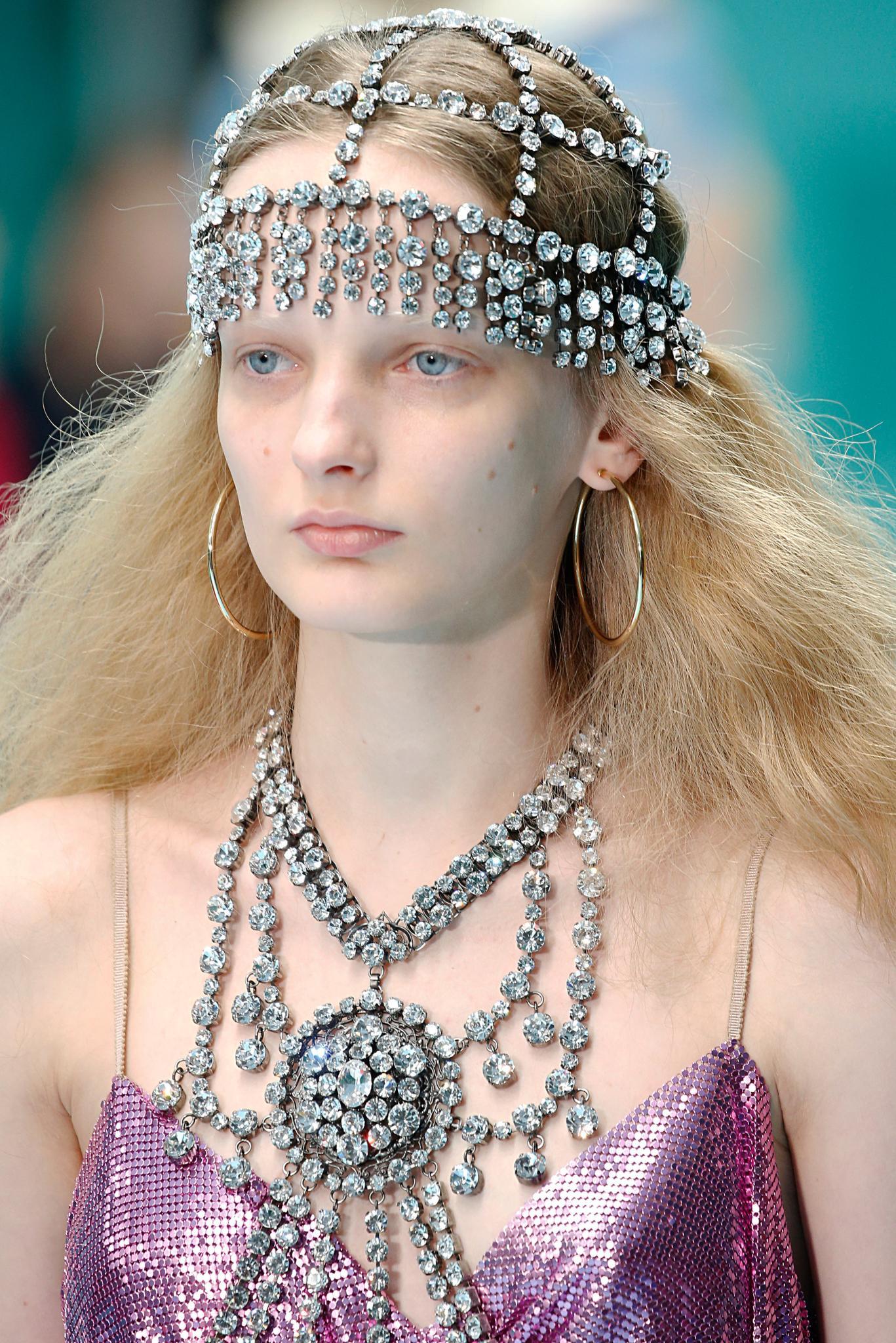 pelo largo rubio volumen frizz con ondas vincha tiara cristales accesorio gucci