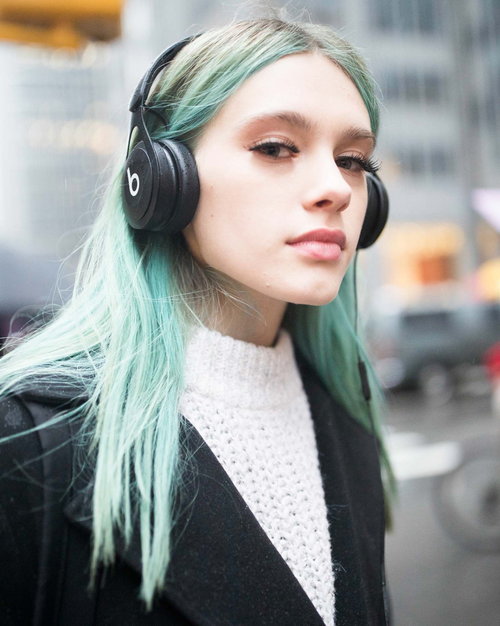 pelo largo tintura verde mechones raya al medio despeinado frizz
