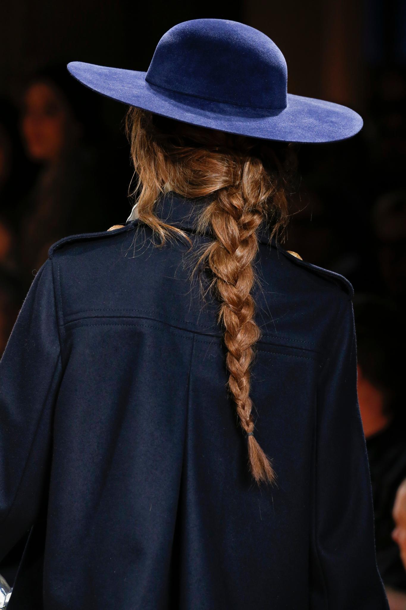 trenza suelta pelo largo castaño mechones sombrero accesorio alberta ferretti