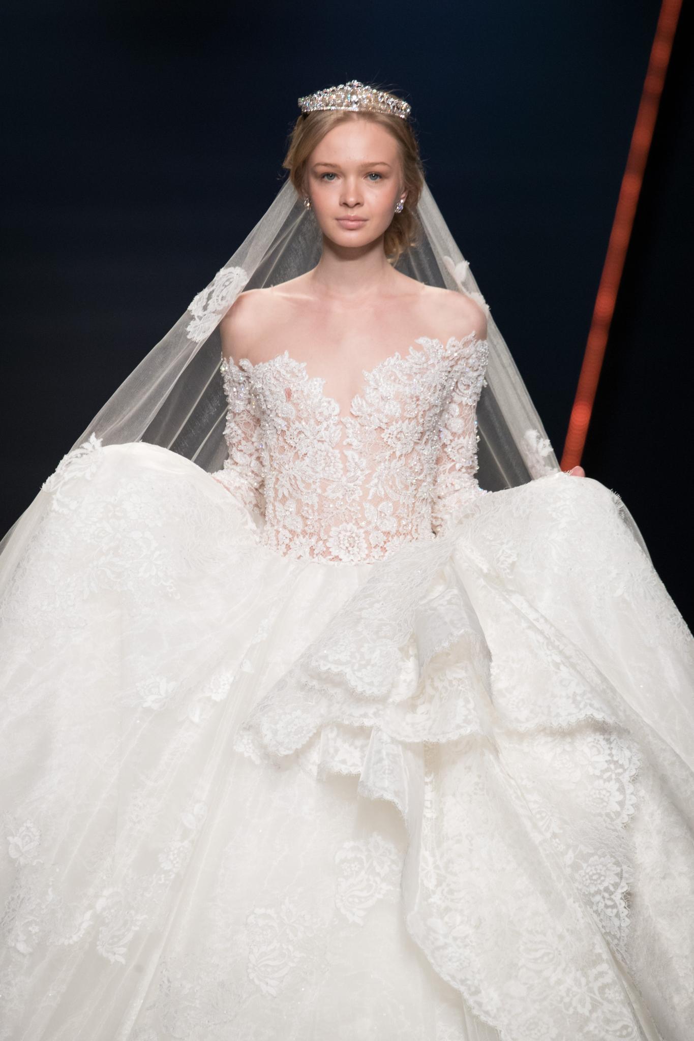 Peinado para boda recogido bajo pelo rubio con tiara corona amelia casablanca