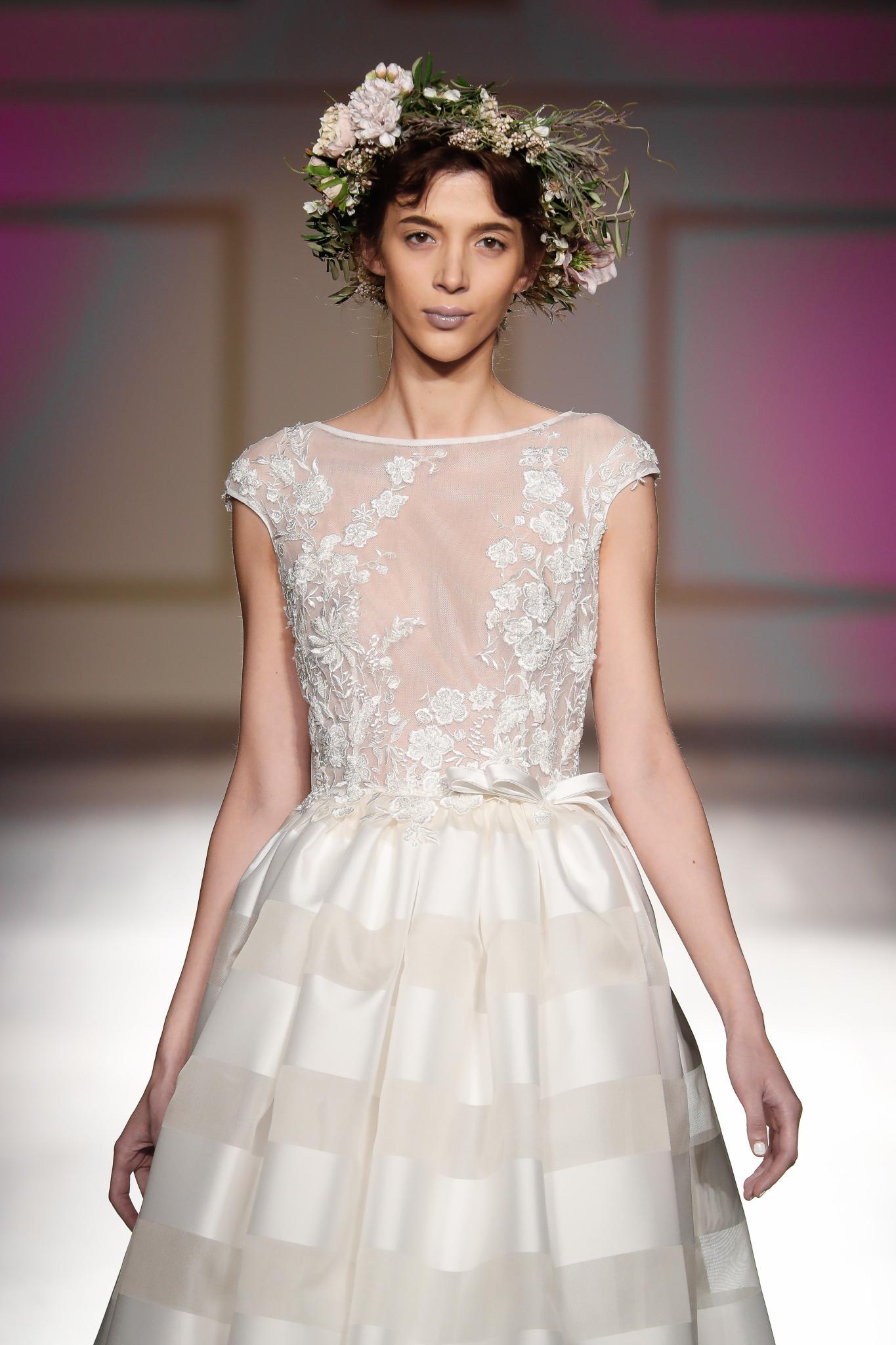 peinado para boda recogido flequillo abierto corona de flores accesorio bellantuono