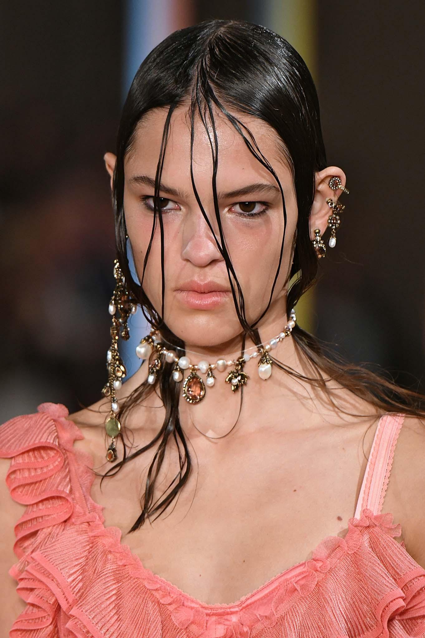 recogido wet sucio mechones en la cara collar de perlas mcqueen