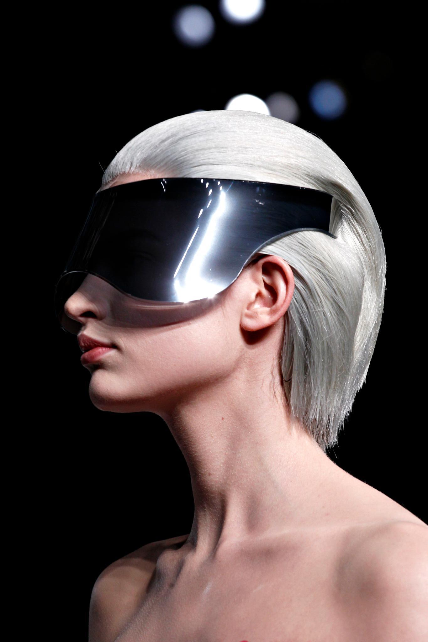 bob hacia atrás color blanco gris con vincha anteojos mcqueen