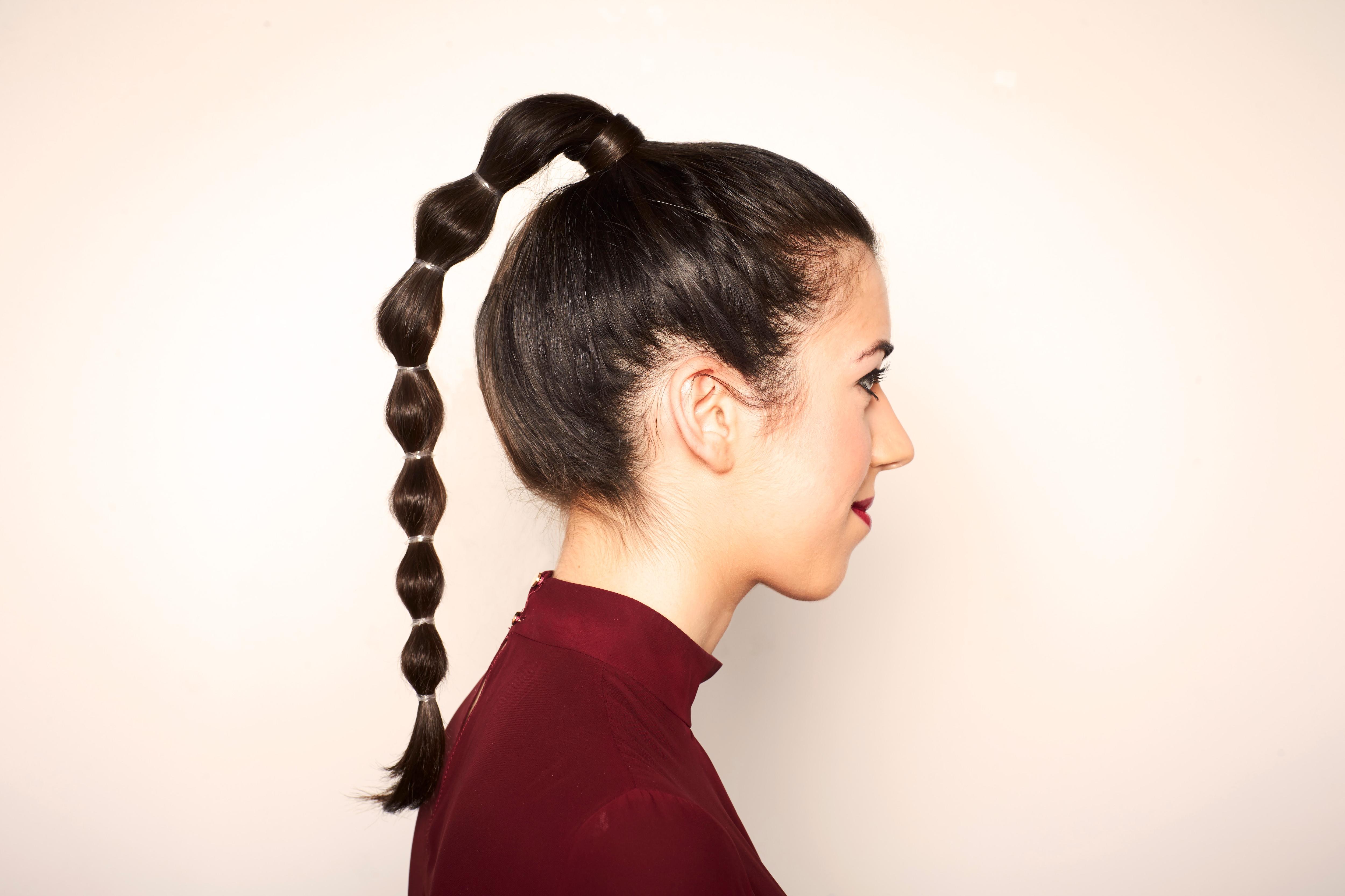 bubble ponytail en cabello castaño claro