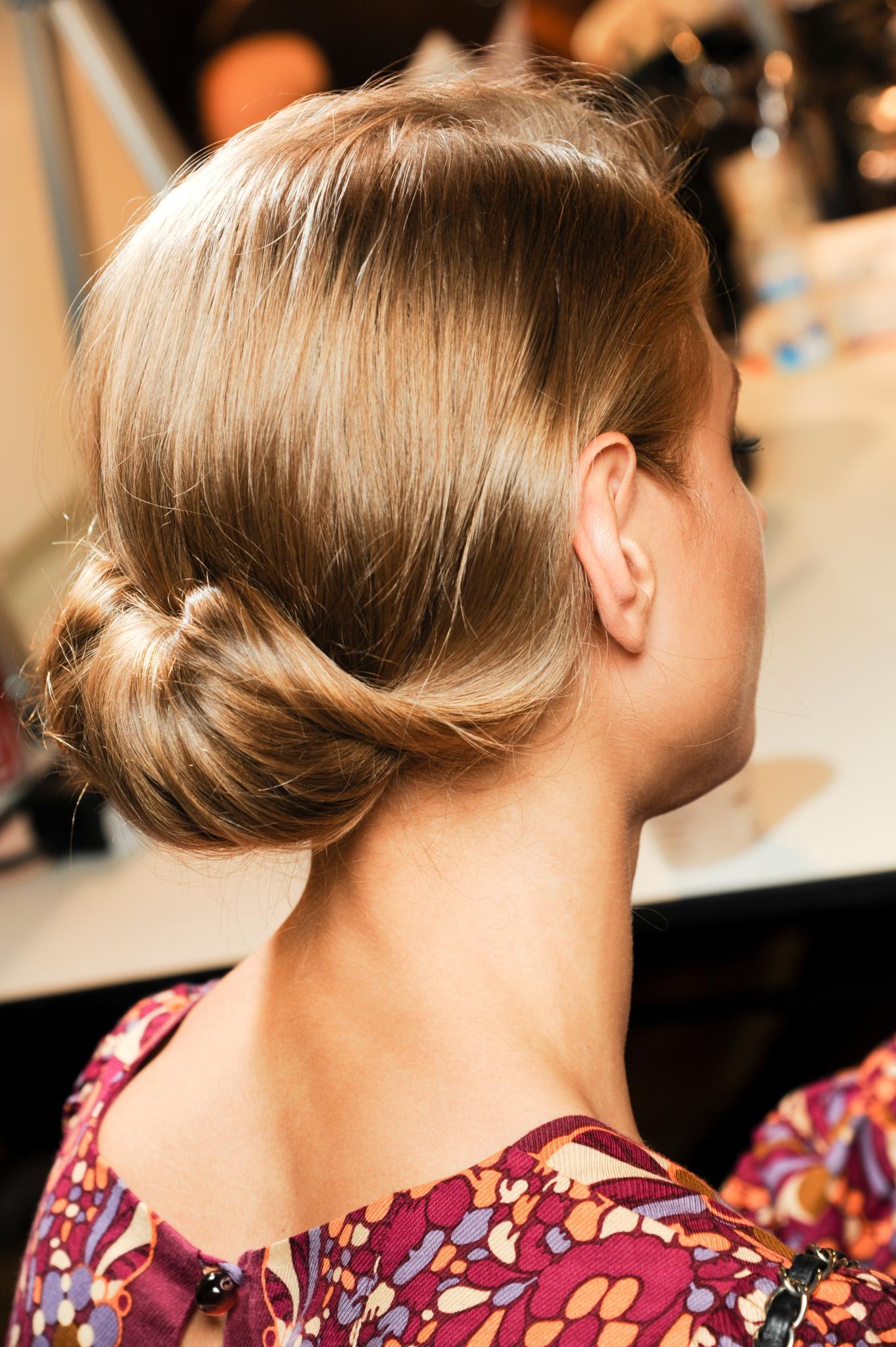 Vista de atrás, cabello rubio recogido en un rodete flojo