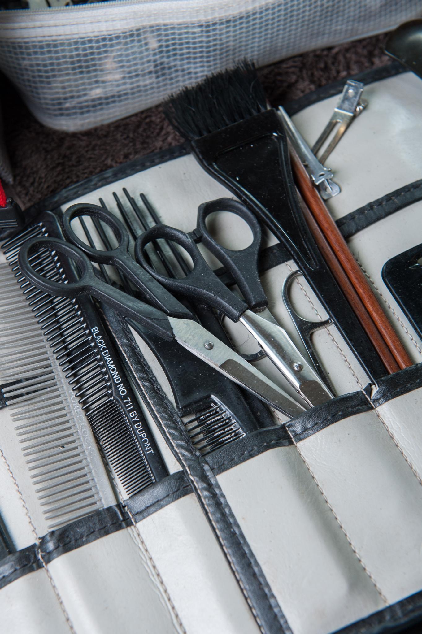 Kit de peluquero (sobre con tijeras, peines, etc.)