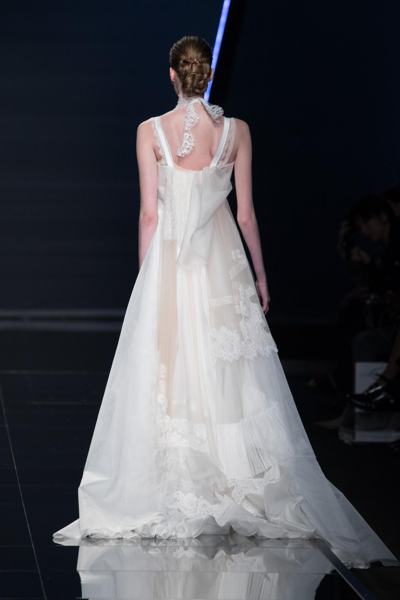 Mujer de vestido blanco, enfocada desde atrás con cabello recogido