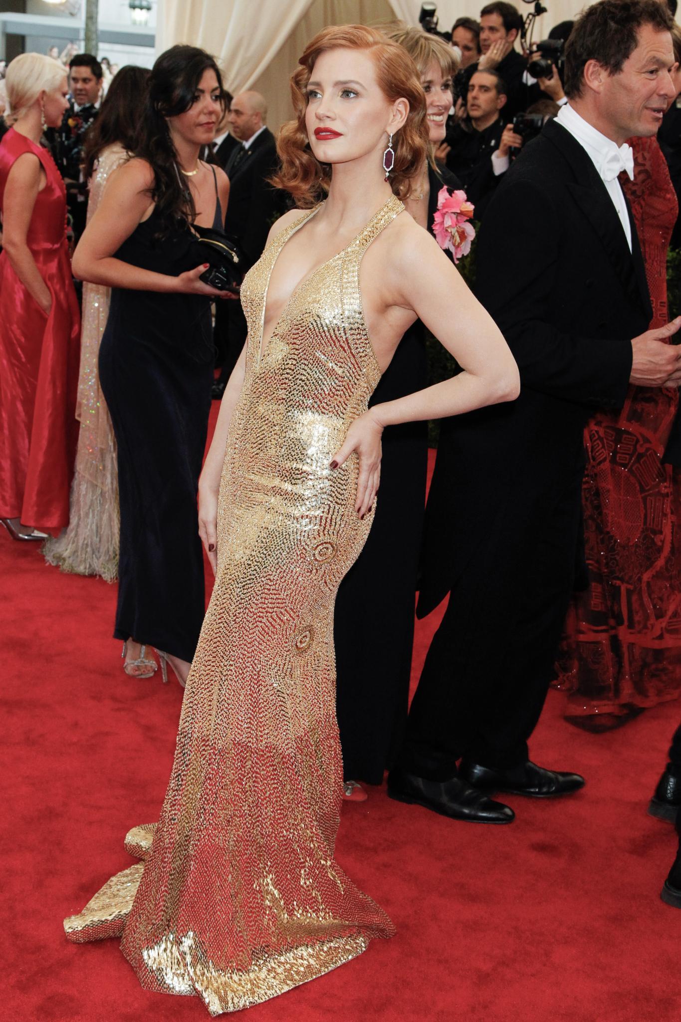 Jessica Chastain en alfombra roja, corte bob con ondas y semi raya al costado